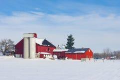 谷仓在积雪的草甸 免版税库存图片