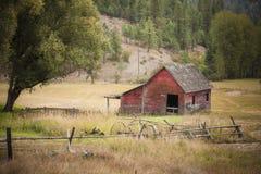 谷仓在草甸 库存图片