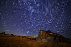 谷仓在stary天空下 图库摄影