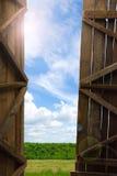 谷仓的一个开放门 免版税库存照片
