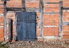 谷仓稳定的门砖用了木材建造墙壁 免版税库存照片