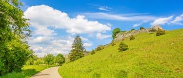 谷Eselsburger Tal -印象深刻的岩石 库存照片