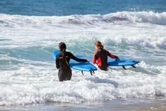 谷FIGUEIRAS,葡萄牙- 2017年5月13日:得到两位的冲浪者得到海浪教训在葡萄牙 免版税库存照片