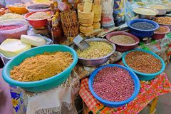 豆、坚果、玉米和种子在一个农夫市场上在维利亚里卡火山,巴拉圭 免版税库存照片