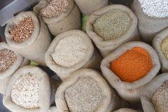 豆、米、扁豆、燕麦、麦子和大麦在黄麻大袋 免版税图库摄影