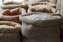 豆、米、扁豆、燕麦、麦子和大麦在黄麻大袋 库存照片