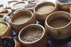 豆、米、扁豆、燕麦、麦子和大麦在黄麻大袋 库存图片