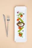 年轻绿豆、蕃茄和油煎方型小面包片沙拉与奶油在a 库存照片