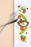 年轻绿豆、蕃茄和油煎方型小面包片沙拉与奶油在a 图库摄影
