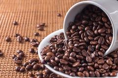豆充分咖啡杯安置了茶碟匙子不锈钢 免版税图库摄影