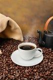 豆关闭在烤的咖啡杯  免版税库存照片