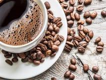 豆包围的咖啡杯 顶视图 免版税库存照片