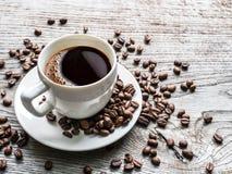 豆包围的咖啡杯 顶视图 免版税图库摄影
