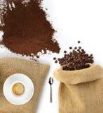 豆和咖啡粉末与袋子 库存照片