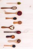 豆和扁豆的分类在木匙子在木设定了 库存图片