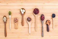 豆和扁豆的分类在木匙子在木设定了 库存照片