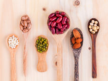 豆和扁豆的分类在木匙子在木backgr 库存图片