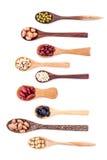 豆和扁豆的分类在木匙子孤立在白色 图库摄影