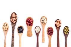豆和扁豆的分类在木匙子孤立在白色 免版税库存图片