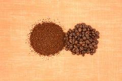 豆和碾碎的咖啡 免版税图库摄影