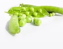 绿豆和豌豆果子在白色的豆类 免版税库存照片
