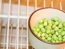 绿豆和豌豆果子在白色的豆类 免版税库存图片
