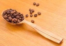 豆咖啡充分的匙子 免版税库存照片