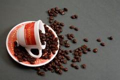 豆咖啡杯溢出 图库摄影
