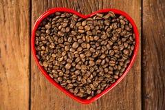 豆咖啡概念重点爱纸张敲响形状的葡萄酒 咖啡豆在心脏到bown里 免版税库存图片