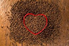 豆咖啡概念重点爱纸张敲响形状的葡萄酒 咖啡豆在心脏到bown里 免版税图库摄影