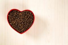 豆咖啡概念重点爱纸张敲响形状的葡萄酒 咖啡豆在心脏到bown里 库存照片