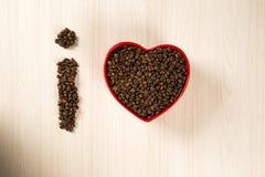 豆咖啡概念重点爱纸张敲响形状的葡萄酒 咖啡豆在心脏到bown里 图库摄影
