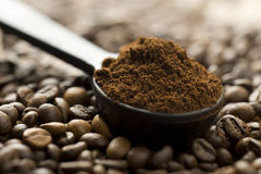 豆咖啡渣匙子 免版税库存照片