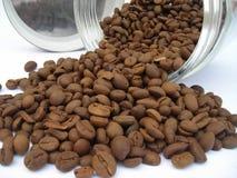 豆咖啡溢出 免版税图库摄影