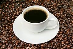 豆在烤的咖啡杯 库存图片