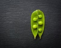 绿豆开放和闭合的药丸在黑石背景的 新鲜水果 收获 复制空间 库存照片
