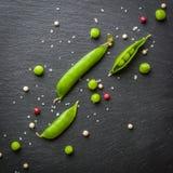 绿豆开放和闭合的药丸在黑石背景的 新鲜水果 收获 复制空间 免版税库存照片