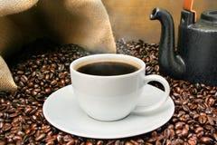 豆新近地酿造了咖啡杯在rosated 库存图片
