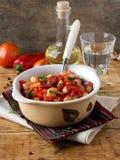 豆炖煮的食物用熏制的香肠 免版税库存图片