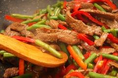 豆烹调stirfry铁锅的牛肉辣椒的果实 图库摄影