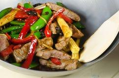 豆牛肉黑色油煎的铁锅 免版税库存图片