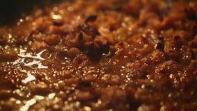 豆用煮沸在烤箱的丸子 股票视频