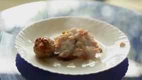 豆用煮熟的丸子,倾吐在板材上 股票视频