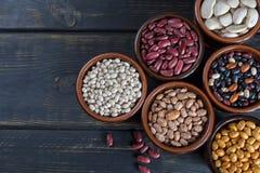 豆的分类在木背景的 大豆,红色肾脏是 免版税库存照片
