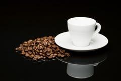 豆的咖啡杯 免版税图库摄影