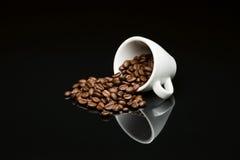 豆的咖啡杯 免版税库存照片