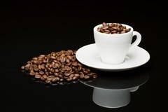 豆的咖啡杯 免版税库存图片