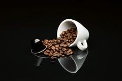 豆的有胶囊的咖啡杯 库存照片