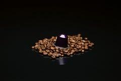 豆的有胶囊的咖啡杯 免版税库存图片