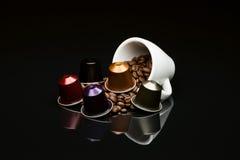 豆的有胶囊的咖啡杯 库存图片